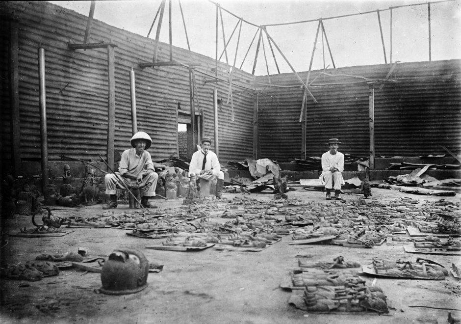 interior_of_obas_compound_burnt_during_seige_of_benin_city_1897-2-e1502827075866